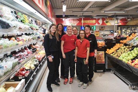 Dei tilsette i Extra Manger er godt nøgde med 2019-omsetnaden. F.v. butikksjef Karoline Kvalvåg Kolstad, Turid, Malene, Torill, Kiatsiri og Ingunn.