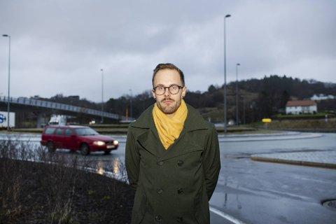 Ei kort bussreise i Bergen kostar det same som å ta bussen frå Fedje til Os. – Heilt urimeleg, meiner Jarle Brattespe (SV)