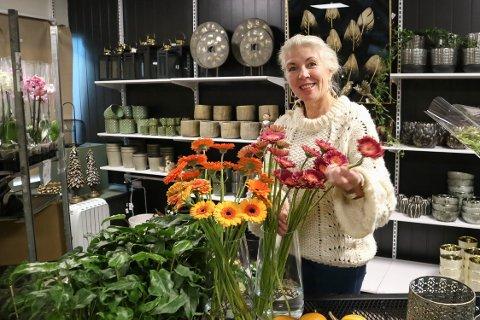 GRØNE FINGRE: – Det er lukta, fargane, naturen og kreativiteten for å lage det fint, er Erna Aarhus sitt svar på kva ho likar så godt med blomster.