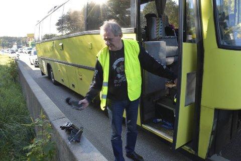 Bussens clutch-hus ble revet av da bekkalokket traff undersiden av bussen, konstaterer sjåfør Thor Takle.