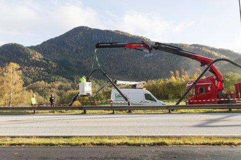 UTE AV TELJING: Bomstasjonen på Bruland vart treft av ein Mesta-lastebil denne fredagsmorgonen. Her er elektrikarar på staden.
