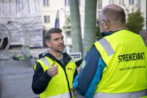 Roger Moum (t.v.) i Fellesforbundet leiar busstreiken i Bergen. Her er han i samtale med Tide-sjåfør Ørjan Takle.