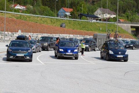 ARKIVFOTO: Kø på ferjekaia på Lavik andre pinsedag 2020.