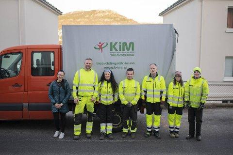 Silvana Funes (f.v) fekk levert ved av denne gjengen fredag. Beton Eide, Helge Fosse, Katrine Gjervik og Joachim Bergås.