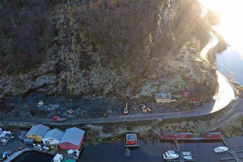 ARBEID: I denne fjellskjeringa mellom Øykjaneneset og Leirvik har det vore mykje arbeid i haust, med reinsk, sikring, boring og sprenging.