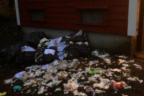 Søppelet som vart dumpa under Hagelsundsbrua låg strødd førre veke. No er det rydda opp.