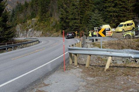ULYKKESSVING: Dette er den skumle svingen der det har skjedd ei rekkje ulykker. Biletet er teke etter utforkøyringa i 2016, der ein motorsyklist omkom.