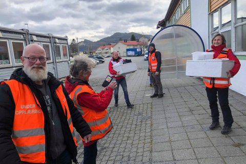FRIVILLIGE: Tore Henriksen, Ilse Henriksen, Jan Helge Bere, Glenn- Michael Blomvågnes og Astrid Herland er i full sving med å handle og levere varer.