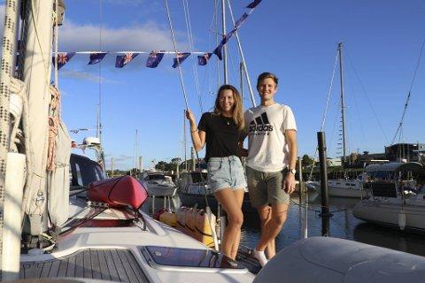 Helene Bernt Håkonsen og Andreas Olav Knarvik er på jordomsegling. Katamaranen deira, «Wapiti» ligg på land og er i karantene. Det er innført unntakstilstand i New Zealand og paret får bu om bord i båten «Harry Z» i havna..