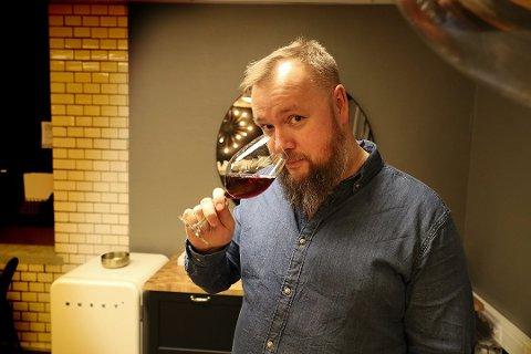 Vinkjennar Kjell-Gabriel Hendrich påpeiker at sjølv om det er mange tusen vinar å velje mellom på polet, så kjøper mange det same gang etter gang. Han råder folk til å variere meir.