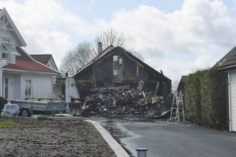 TOTALSKADD: Garasjen på Frekhaug stod like ved eit hus med ein familie i. Vakthavande brannsjef, Jakob Hernar, seier at dei frykta huset kom til å brenne ned då dei kom til staden.