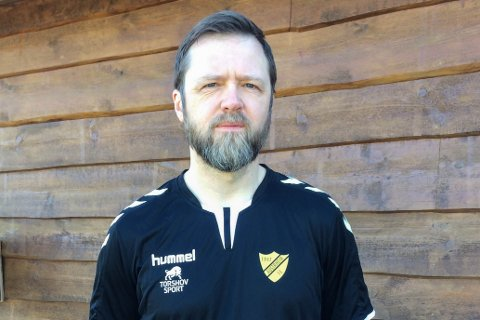 HÅPAR PÅ GRØNT LYS: Jan-Terje Brügger, leiar for Austrheim Cup, kryssar fingrane for at dei ikkje treng å avlyse årets fotballcup.
