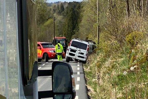KØYRDE UTFOR: Ein firmabil hamna i grøfta i Alver kommune torsdag ettermiddag.