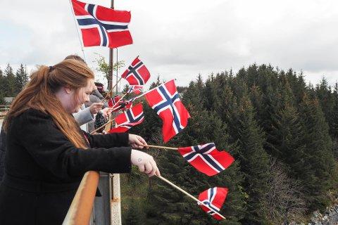 I år som i fjor må ein truleg vere kreative i 17. mai-feiringa. Her flaggar folk i Austrheim til båtkortesjen i fjor.