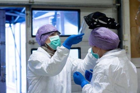 Sjukepleiarane er godt beskytta med smittevernutstyr.