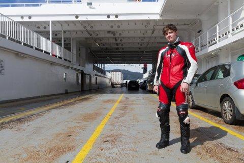 EIN UNG MOTORSYKKELMANN: Marius Oen Næss (15) på ferja.