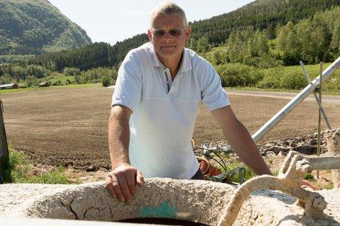 NED HER: Kjell Bjarte Vonen kraup ned luka bak på gyllevogna for å ta ut nokre småstein. Truleg vart det oksygenmangel som gjorde at han besvimte inne i tanken.