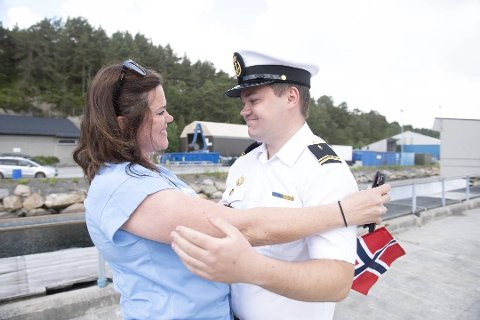 Marius Vågenes Villanger har vore i Nato-teneste i fem månader. Mandag fekk han endeleg gi mora Heidi ein skikkeleg klem igjen.