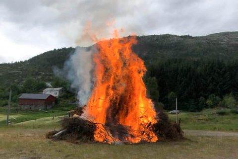 Sankthansbål på Sleire i Masfjorden, frå sankthansfeiring i 2020.