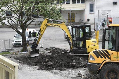Politiet fekk melding om om gravemaskin-køyringa av ein skuletilsett fredag kveld.