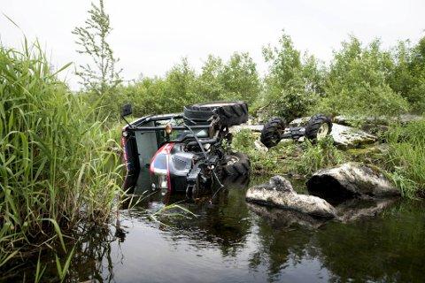 Traktoren hadde betydelege skadar etter ferda ned i elva.