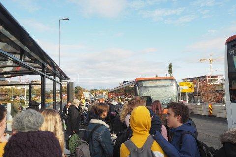Utan fleire solide bidrag frå statleg hald kan inntektstapet frå kollektivtrafikken bli enormt for Vestland fylke. Her frå nye Knarvik terminal ved E39.
