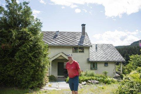 SOMMARFERIE: Lars Sponheim (63) nyt sommarferien, som varer heile juli, på garden i Ulvik.