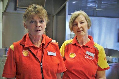Anne Kårstad (t.h) jobba på bensinstasjonen i Knarvik i 37 år. Her er ho saman med kollegaen Reidun på den siste opningsdagen i fjor.