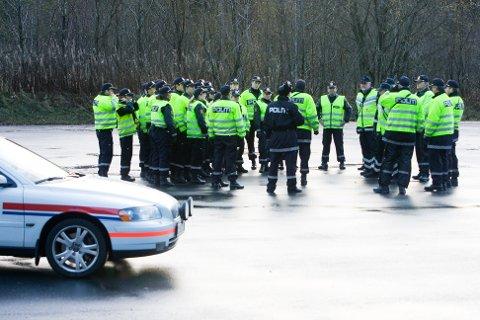 Mange ønsker fast jobb i politiet og behovet er stort. Her er politistudentar i sving under ein kontroll ved ei tidlegare anledning. Arkivfoto: Eirik Hagesæter / BA