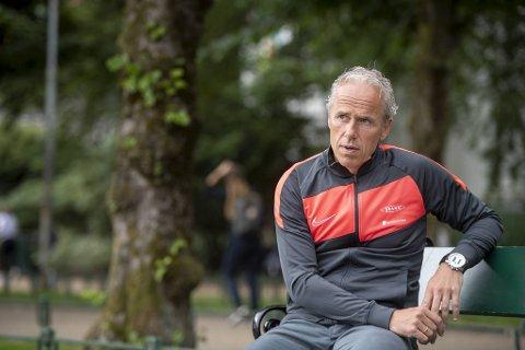 Lars Arne Nilsen mener selv at han fikk                                                             sparken fordi han ikke klarte å svare på en bestilling om underholdende og gøy fotball. Rune Soltvedt kjenner seg ikke igjen i at det noensinne var et slikt krav eller bestilling.