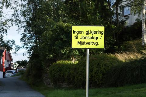 Desse skilta står tydeleg på begge sider av Jonsokgrenda.