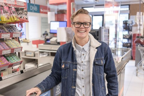 GÅR INN: Signe Rønning-Baatard (40), påtroppande butikksjef på Coop-butikken i Vadheim.
