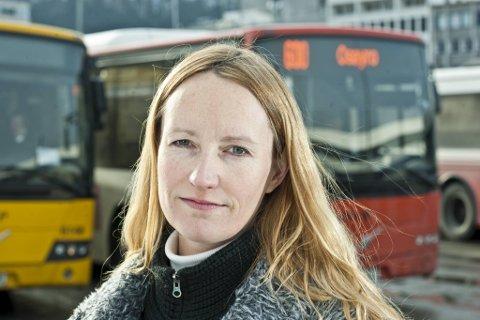 Pressekontakt i Skyss, Ingrid Dreyer, ber folk om ikkje å reise med Bybanen i Bergen dersom ein ikkje er heilt nødt.