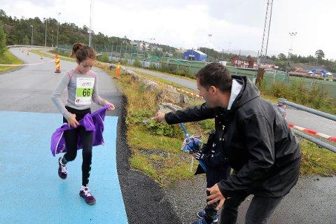 Pappa Gjermund Førde Flatøy og 5 år gamle Jakob heia på Milena (10) på 5 km i familieklassen. Her tar pappa i mot jakka til Milena, som  leverte eit sterkt løp.