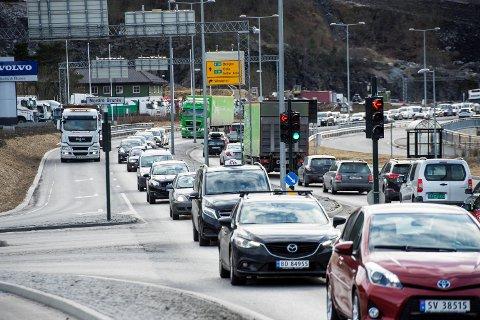 Kø på E39 forbi Vikaleitet og mot Hylkje. Om regjeringspartia sin merknad får fleirtal på Stortinget, kan det bli mindre av dette i framtida.