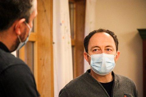 Tenesteleiar for sjukeheimane, Simon Grandahl, håpar kvardagen kan bli betre i 2021, med vaksine på plass.