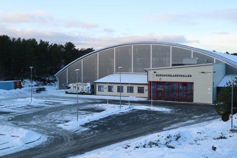 Massevaksinasjonen  er i full gong i Nordhordlandshallen.