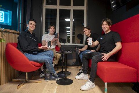 (Fra v.) Anton Styve (18), Mathias Fyllingsnes (18), Daniel Bratshaug (18) og Benjamin Langeland (18) har alle montert ein poptag på baksida av sin mobiltelefon.