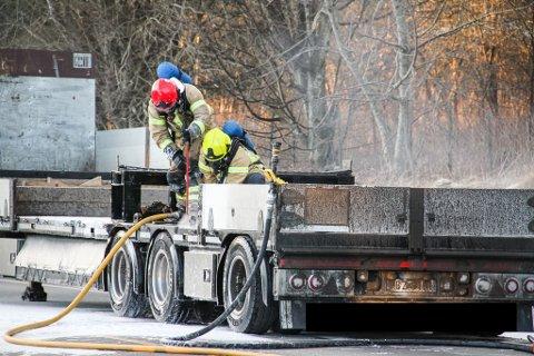 FREKHAUG: Tilhengaren til ein lastebil byrja å brenne på fylkesveg 564 onsdag føremiddag.