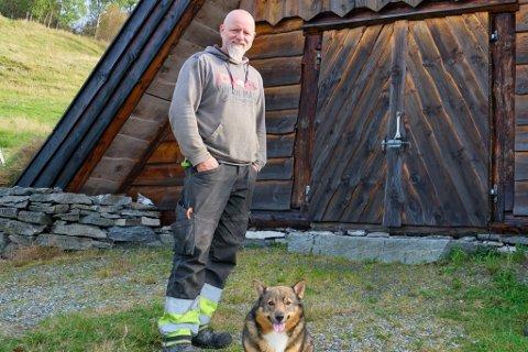 ROLEG: Det har vore rolegare dagar ved Spurkeland Vikinggard for dagleg leiar Ole Kristian Kjenes og hunden Håkon.