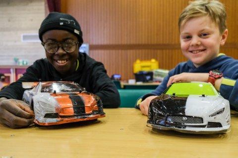 VINNER: Kameratane Frederic Bonga (11) og Karol Pjotr Jaworski (12) prøvde hobbyen i sommar. Då vann Frederic konkurransen ved sommarskulen.