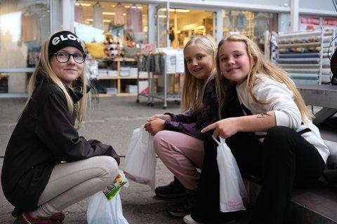TATOVERING: Jentene har kost seg i dag med både tatovering og sukkerspinn. Frå venstre: Lillie Andréa Vaktskjold (10), Lilli Hopsdal Båtnes (10) og Michelle Rikstad Reksten (11).