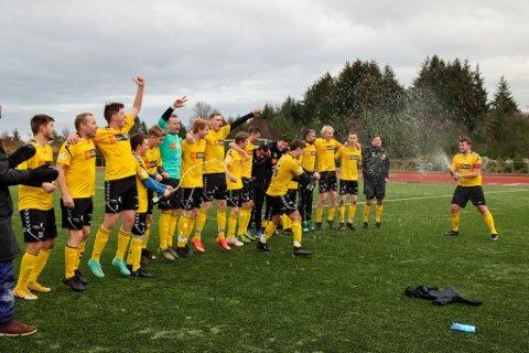 SPRETT: Austrheim-spelarane sparte ikkje på champagnen etter sigeren på heimebane.