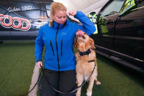 REDNINGSHUND: Cathrine Brodahl frå Norske Redningshunder heldt demonstrasjon for hundeeigarar på Manger med hunden Timo.