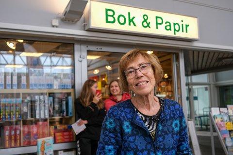 FEIRA JUBILEUM: Solveig Hopen har drive bokhandel på Mastrevik Torg i 40 år, men pensjon har ho ikkje tenkt så mykje på.