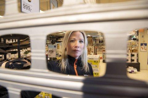 Yvonne Juvik er nå delvis permittert fra jobben hos Jernia Knarvik. I Bergensregionen har hun 25 kolleger som er helt permittert og seks som er delvis permittert.