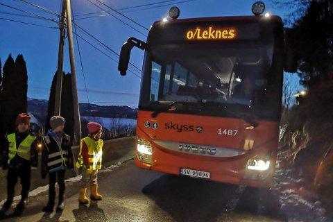 TRONGT: Det er ikkje mykje plass igjen til fotgjengarar når bussane skal køyre gjennom Leknesvegen.