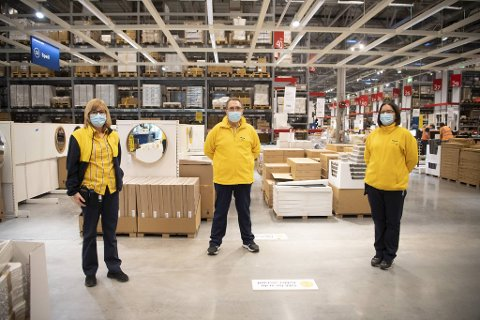 (Fra v.) varehussjef Solrun Hitland, hovedverneombud Bjørn Bartz og hovedtillitsvalgt Trine Nævdal i HK-klubben mener Ikea-varehuset så langt har taklet pandemien på en god måte. De lave smittetallene blant de ansatte er en fjær i hatten.
