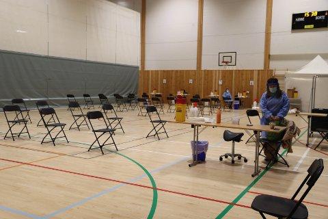 Massevaksineringa i Alver foregår i Nordhordlandshallen.