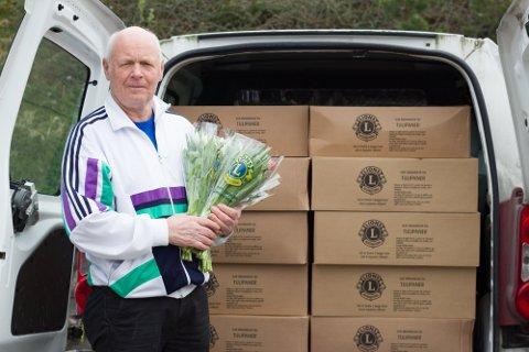 Arkivfoto av president i Lions Club Radøy, Tore Villanger. Her har han bilen full i tulipanar under Tulipanaksjonen 2018.